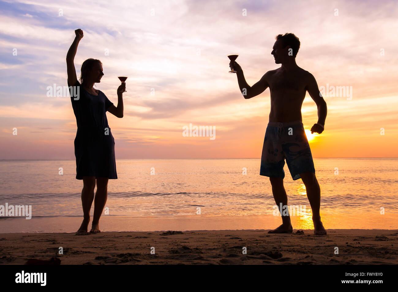 Playa o fiesta con amigos, gente feliz y alegre celebración de la vida, pareja de bailarines con cócteles Imagen De Stock