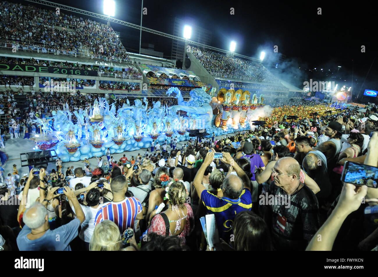 Carro allegorico, allecorical vagón en Sambodrmo al Carnaval de Río 2016 Imagen De Stock
