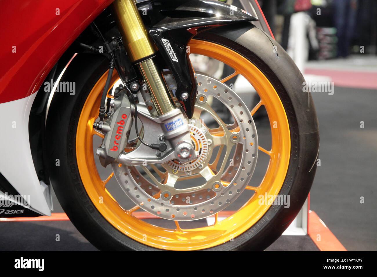 Un detalle del neumático mostrar un Brembo SpA componentes en la moto. Foto de stock