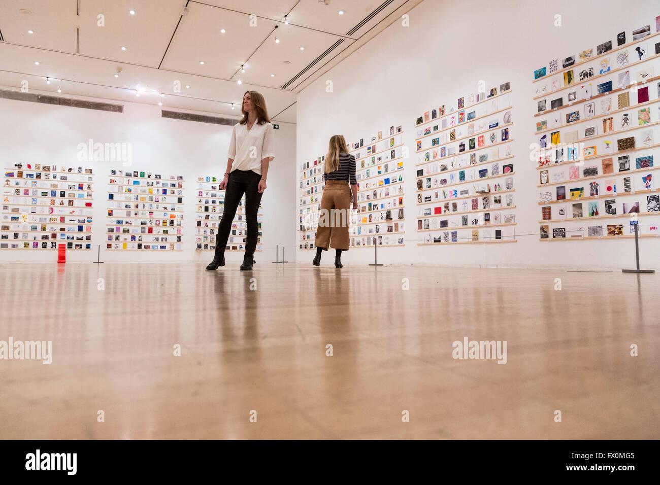 Londres, Reino Unido. El 8 de abril de 2016. El Royal College of Art (RCA) revela las obras de arte por una multitud Foto de stock