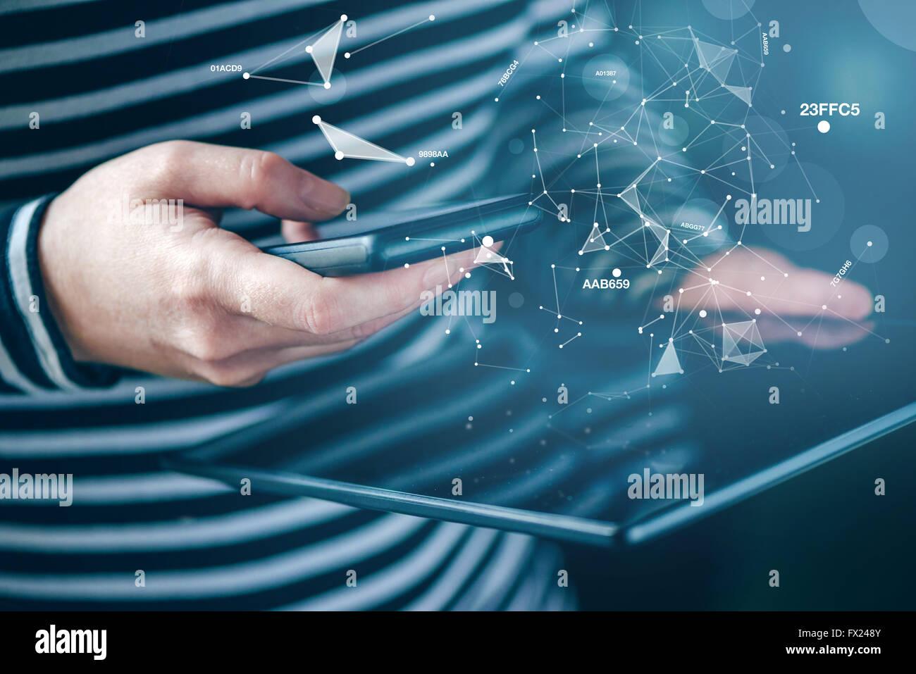 Smartphones y tablet, mujer de sincronización de datos la sincronización de archivos y documentos en dispositivos Imagen De Stock