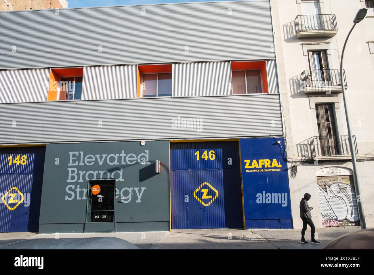 b3f2b91f8c Zafra A Lo Largo De La Calle De Pujades En La Zona De Poblenou De ...