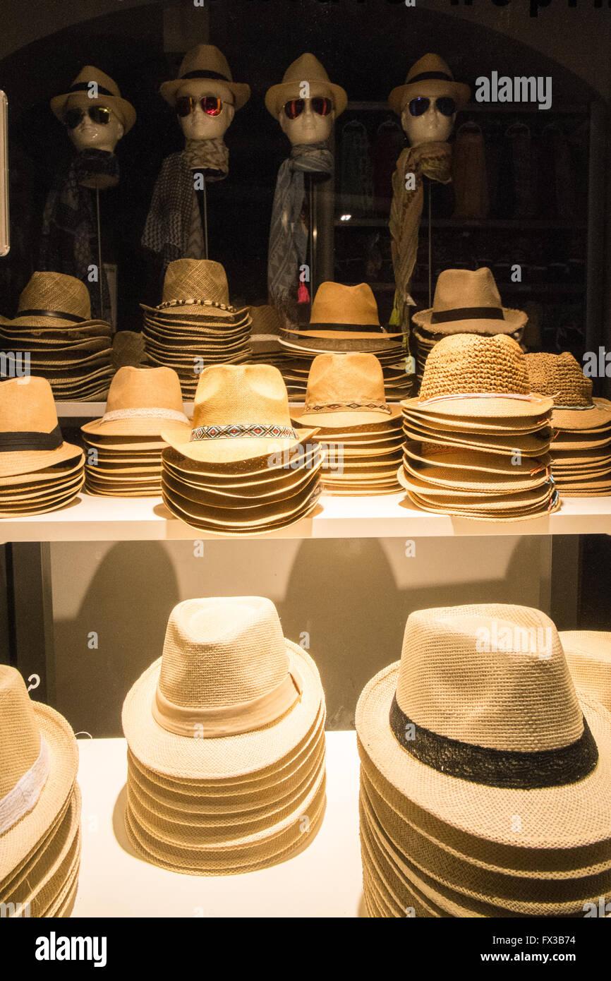 afe0cc8a32bfd Sombreros en la tienda escaparate Ale Hop tienda de enfrente del Music Hall  de Cataluña