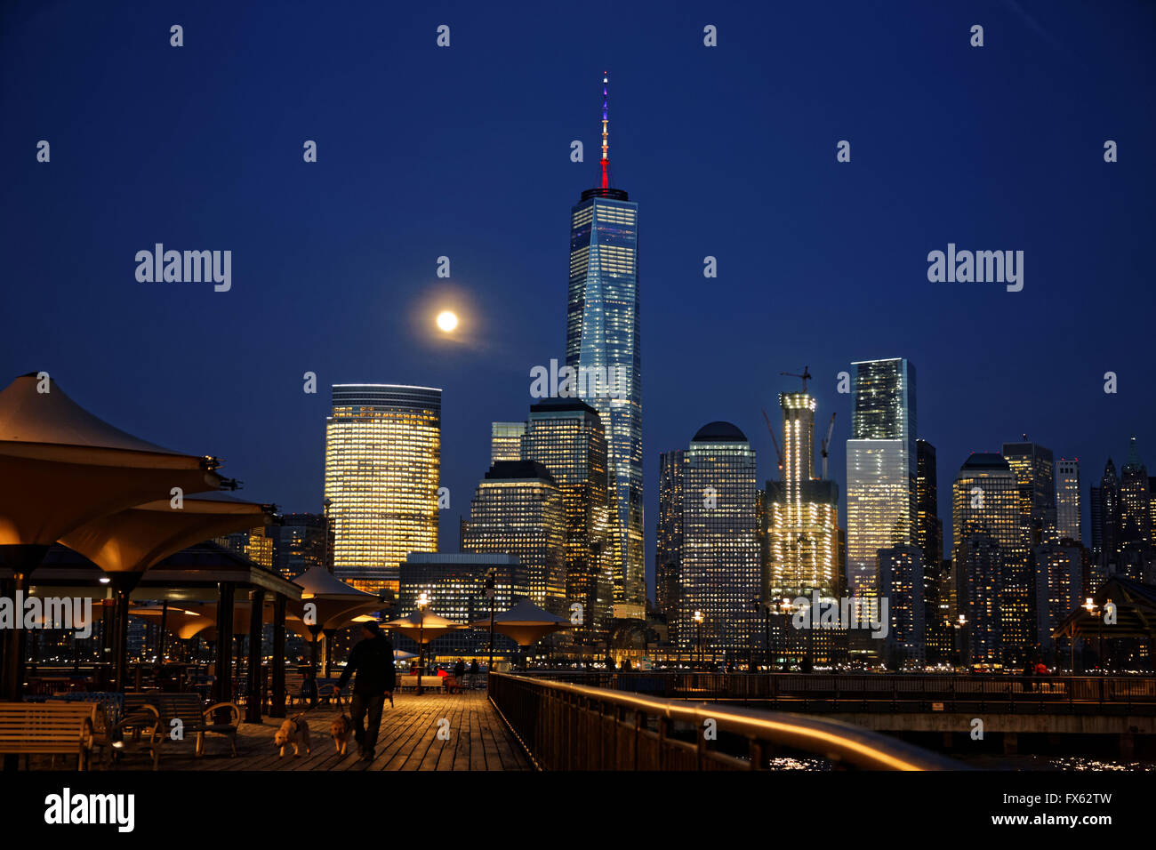 La luna se eleva sobre el World Trade Center en el Bajo Manhattan, Nueva York. Photo by Trevor Collens Imagen De Stock