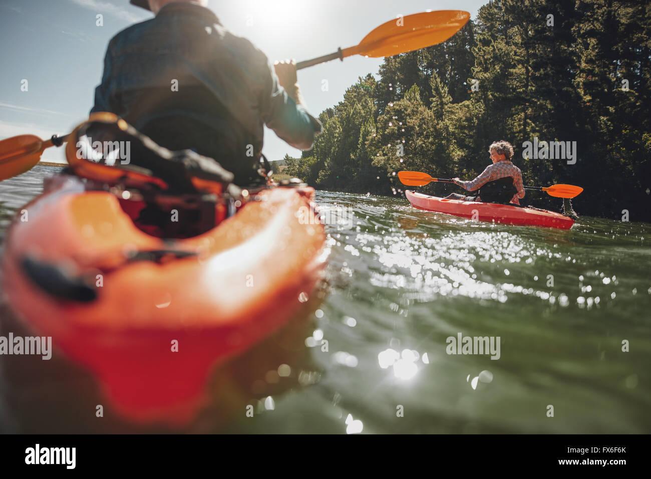 Retrato de mujer madura, kayak en el lago en un día soleado. Par canoa en un lago en verano. Imagen De Stock