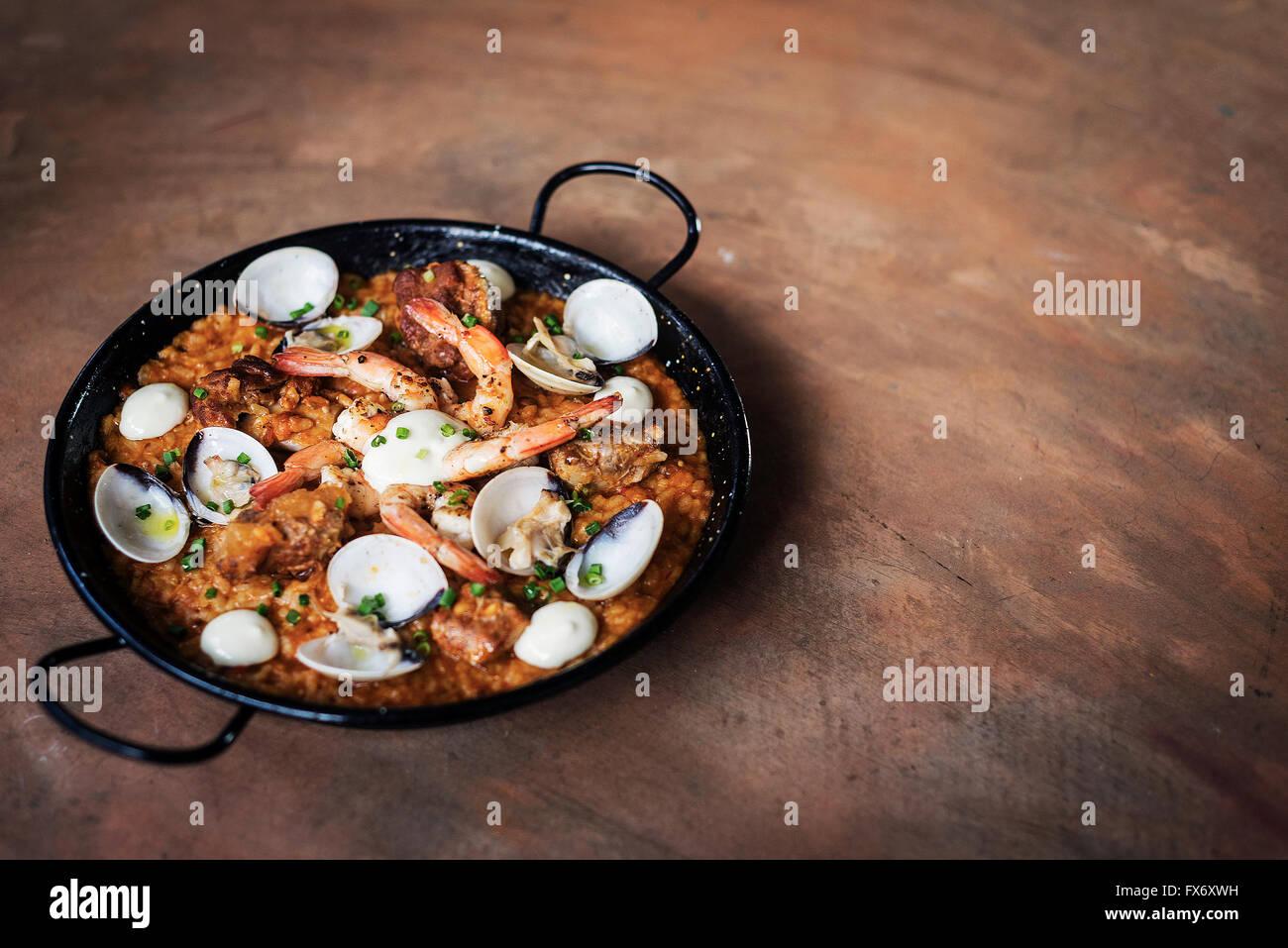 El marisco y el arroz paella tradicional de alimentos españoles famosos Imagen De Stock