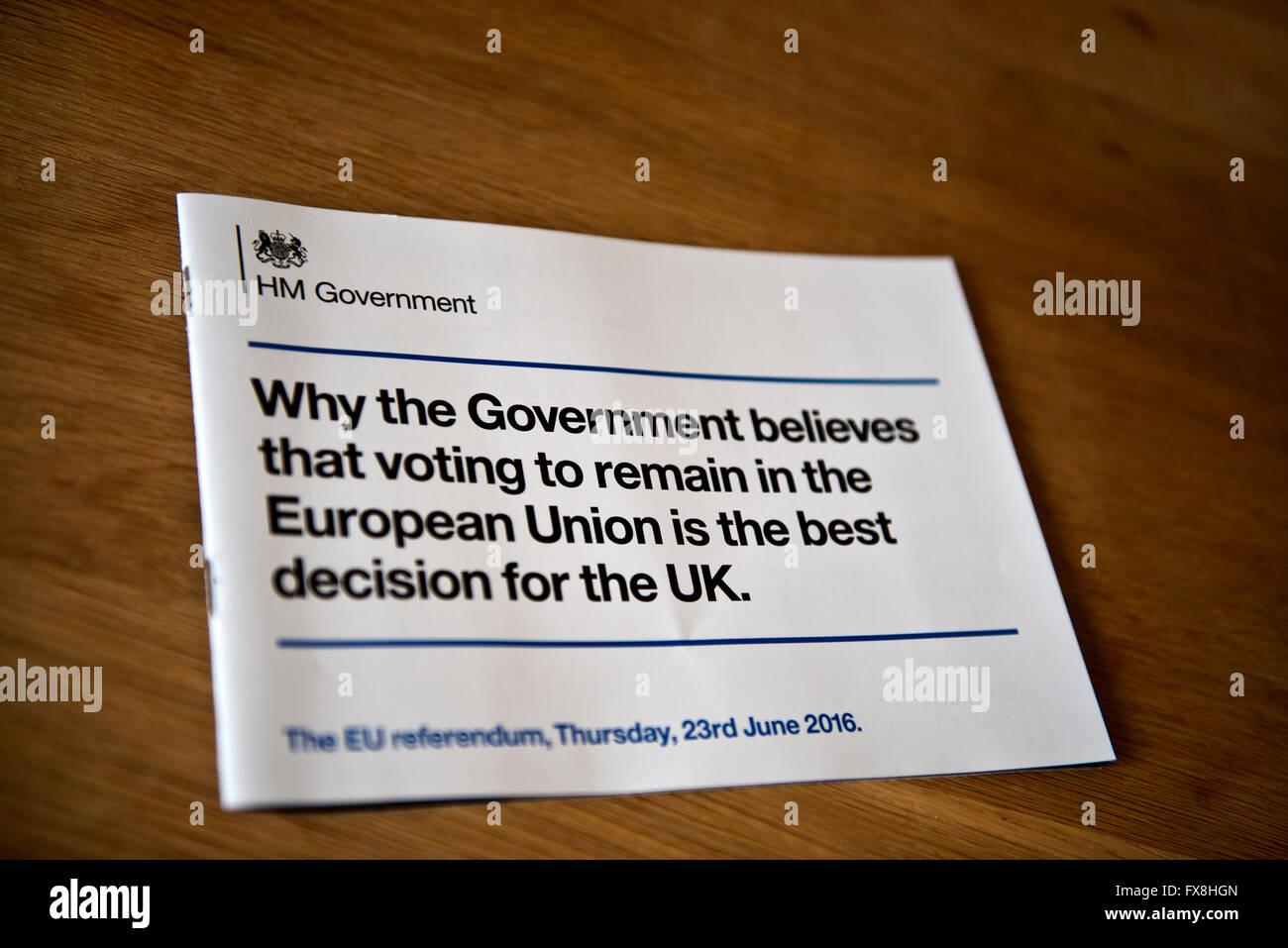El polémico folleto publicado por el gobierno que utiliza dinero de los contribuyentes para persuadir al público británico a votar para permanecer en la UE. Foto de stock