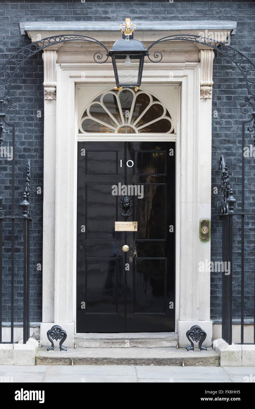 Puerta delantera del número 10 de Downing Street, Londres, Inglaterra. Esta es la residencia oficial del primer Imagen De Stock