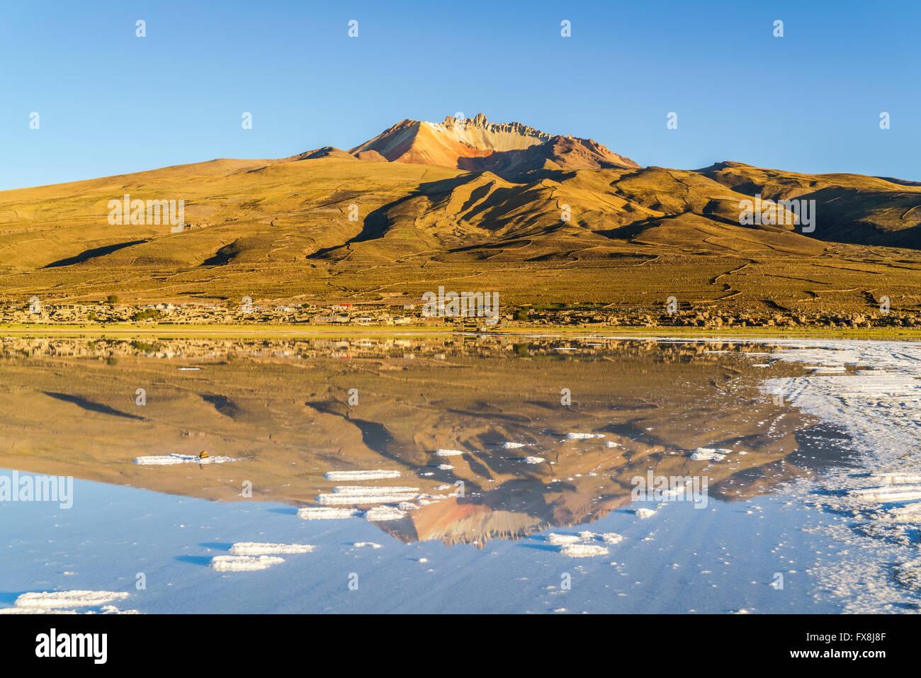 Volcán inactivo y Coqueza Village en el Salar de Uyuni en Bolivia Imagen De Stock