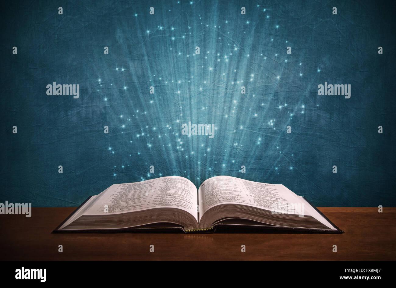 Biblia Abierta Sobre Una Tabla De Madera Concepto De Iglesia Fotografia De Stock Alamy