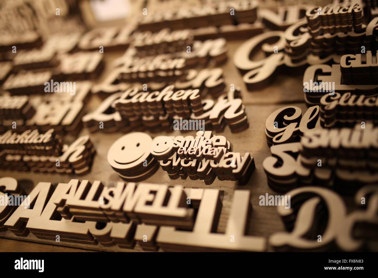 Escrito tallado en madera en el enfoque selectivo Imagen De Stock