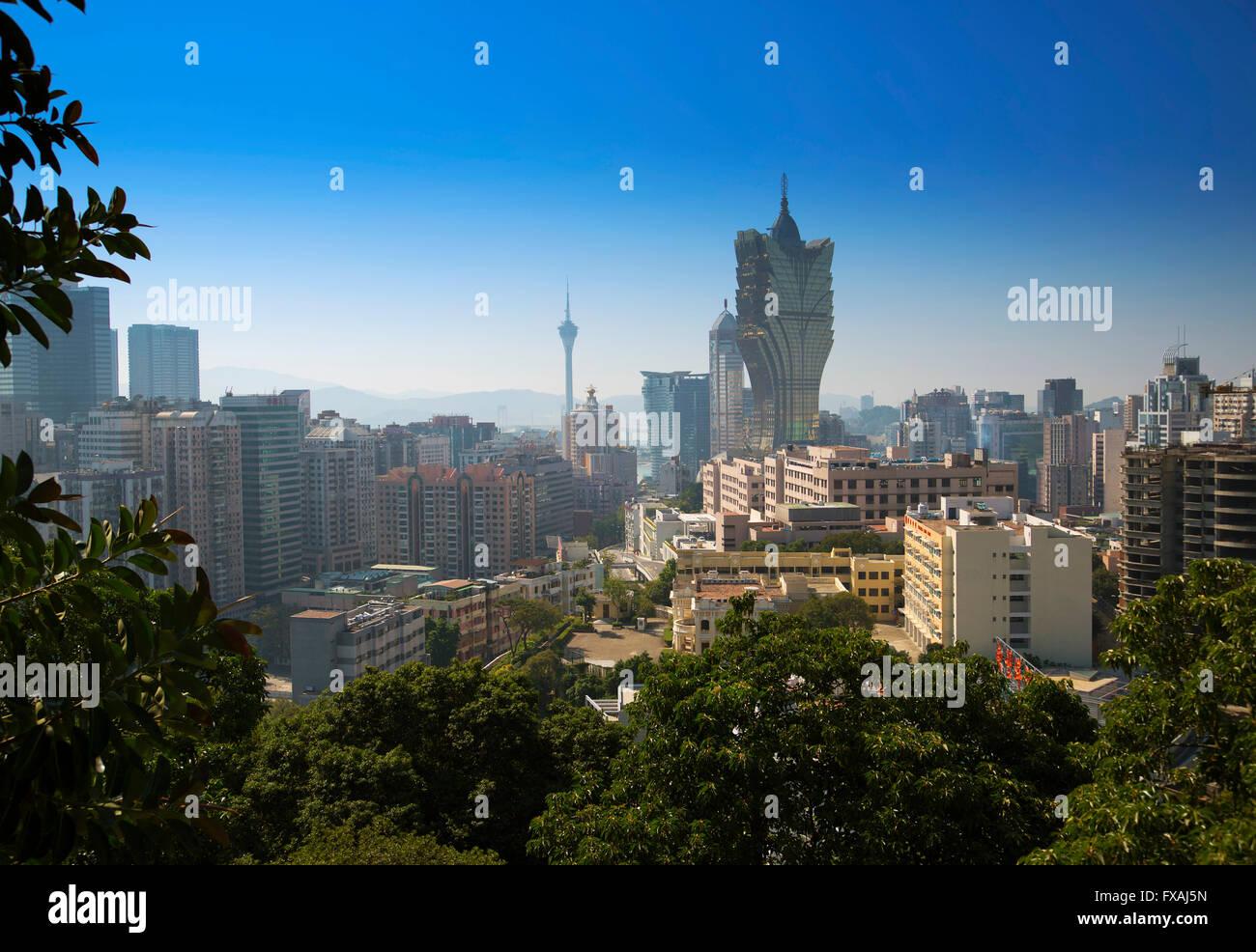 Casino Grand Lisboa y la Torre de Macao, en el fondo, Macao, China Imagen De Stock