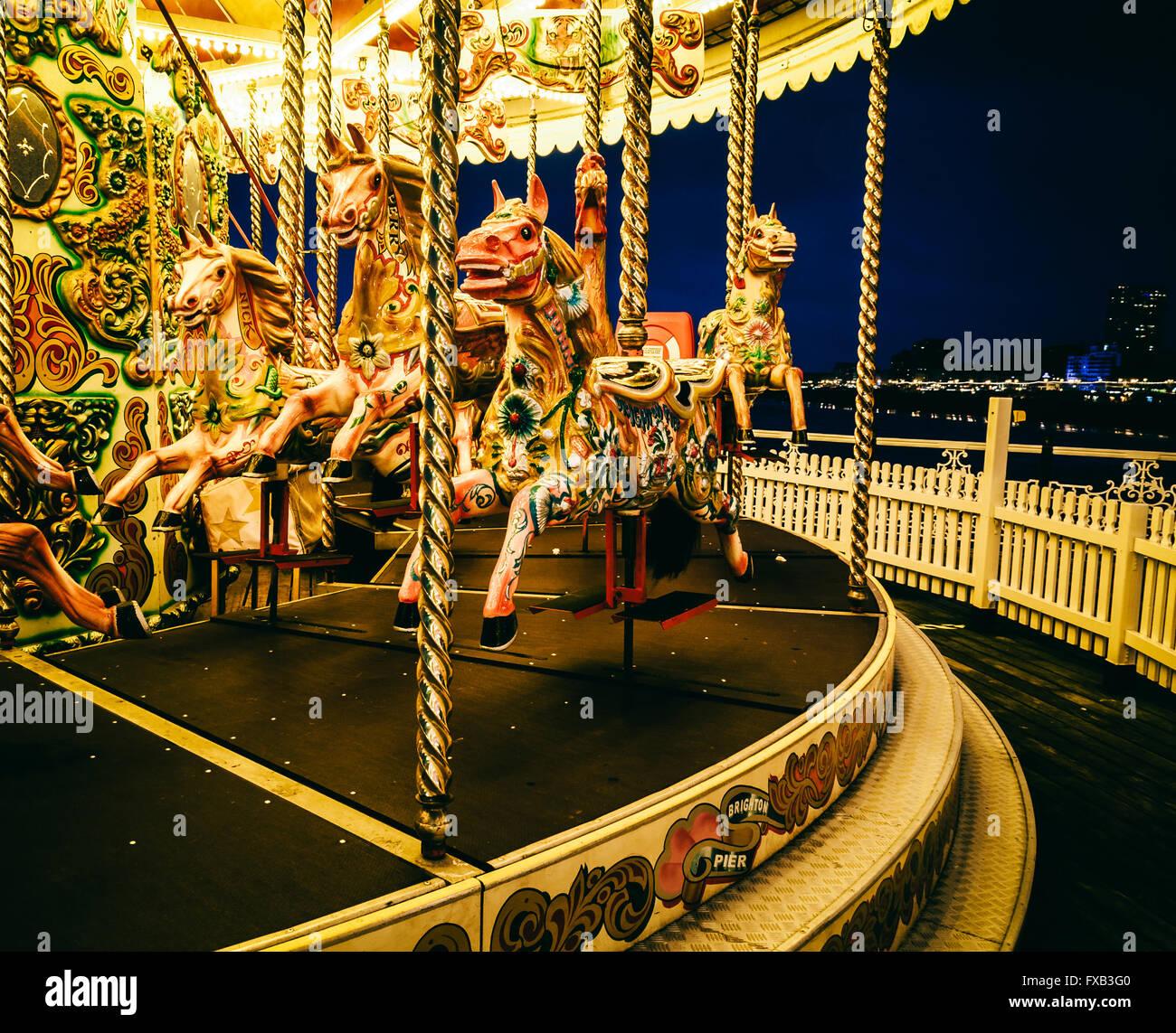 Tiovivo en Brighton Pier, en la noche, REINO UNIDO Imagen De Stock