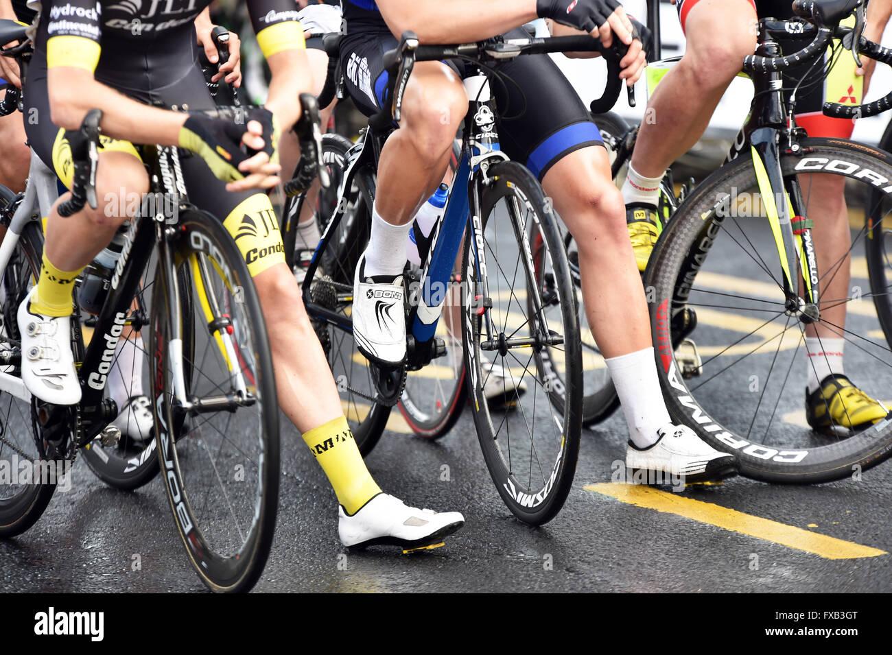 Piernas afeitada brillante en una carrera de ciclismo de carretera en Skipton, Yorkshire, Reino Unido Foto de stock