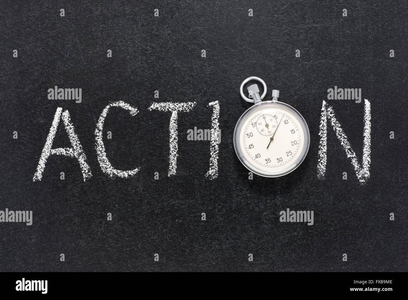 Palabra de acción escritos a mano en la pizarra con vintage cronómetro exacto utilizado en lugar de O Imagen De Stock
