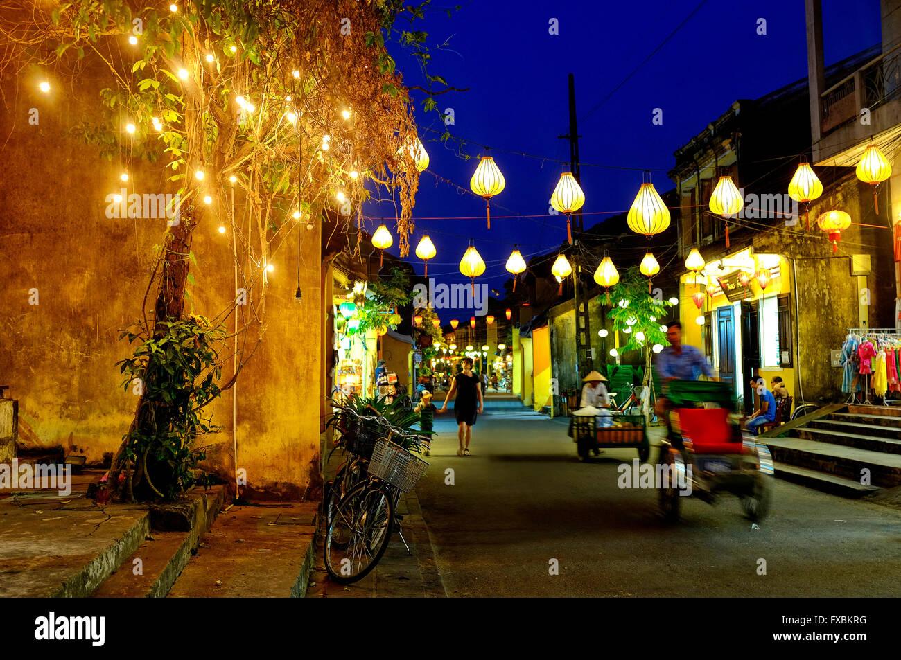 Nguyen Thai Hoc en la calle de noche, Hoi An, Vietnam Imagen De Stock
