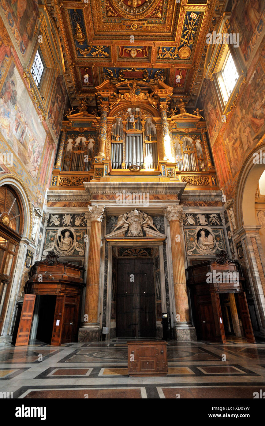 Italia, Roma, la basílica de San Giovanni in Laterano, órgano barroco Imagen De Stock