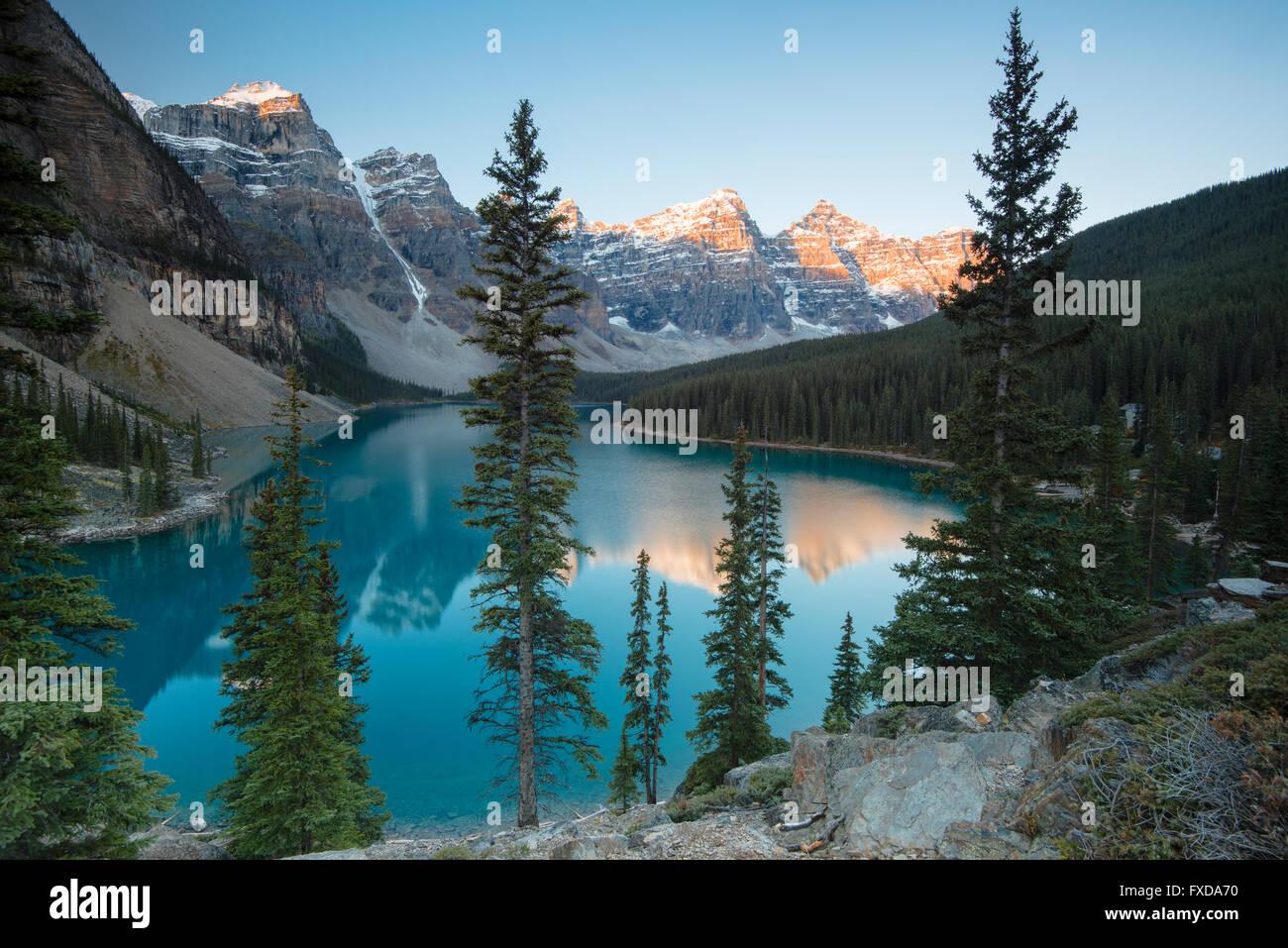 El Lago Moraine, el lago glacial-fed, en la luz de la tarde, el Valle de los Diez Picos, Canadian Rockies, Parque Nacional de Banff Foto de stock