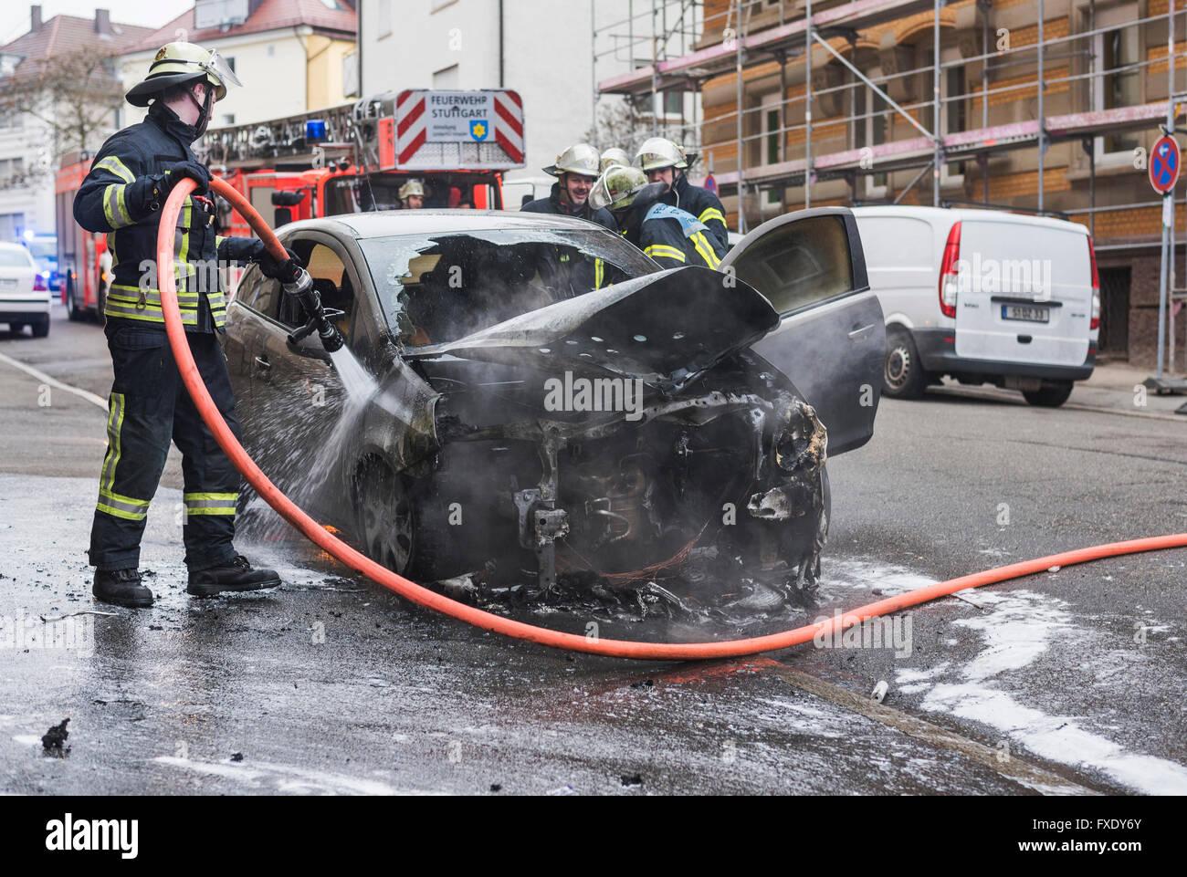 El departamento de bomberos extinguir un ardor Corsa, quemó el compartimento del motor, Stuttgart, Baden-Württemberg, Imagen De Stock