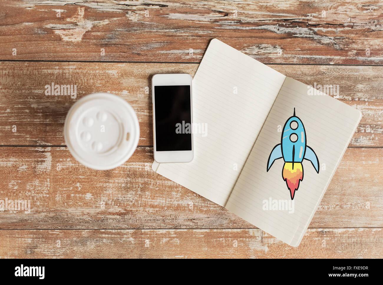 Cerca del portátil, taza de café y el smartphone Imagen De Stock