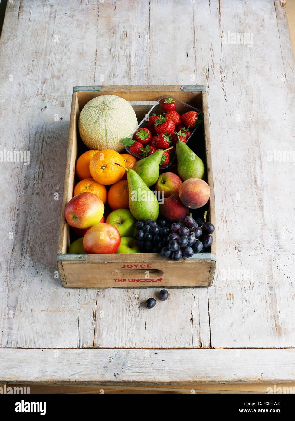 Diversas frutas en una caja de embalaje Imagen De Stock