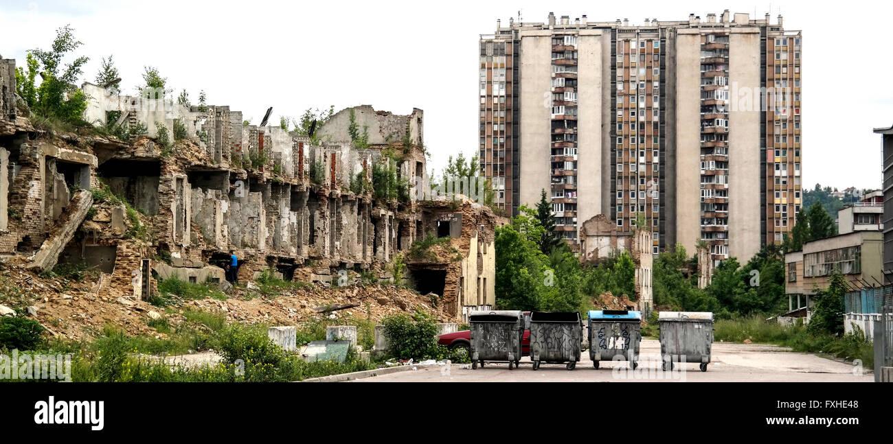 Bloque de apartamentos, basura skip y ruinas de Novo Sarajevo. Imagen De Stock