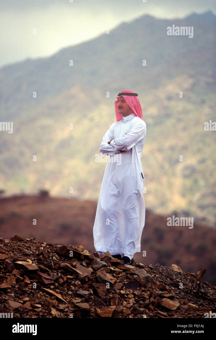 Retrato exterior árabe de hombre vestido con ropas tradicionales; Asir Región; el Reino de Arabia Saudita Imagen De Stock