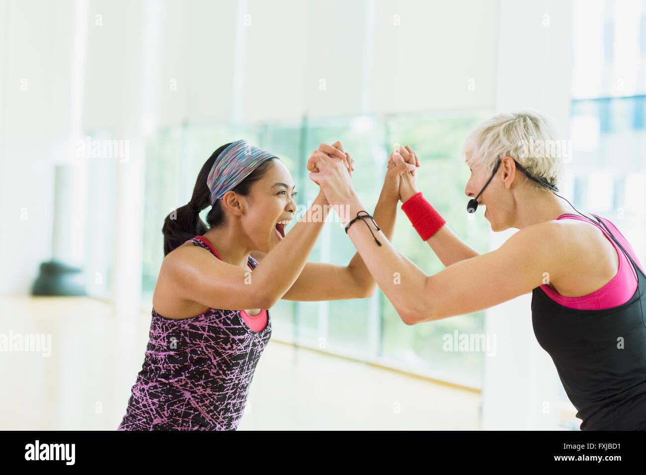 Instructor de fitness exuberante y estudiante celebrando Imagen De Stock