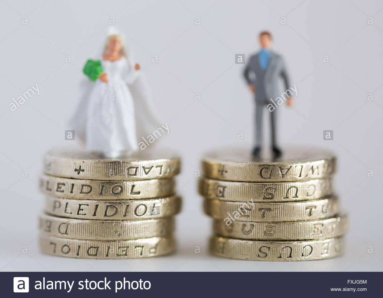 Cerrar/macro fotografía de stock modelo representando el marido y la mujer casada en £1 libras y pila Imagen De Stock