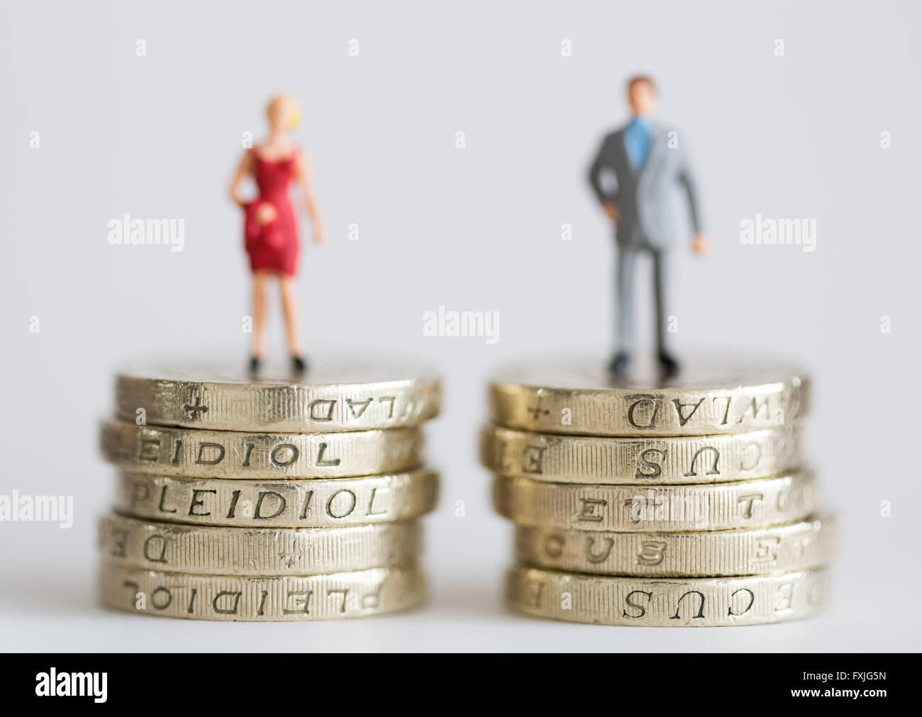 Close up model stock photo representando a los trabajadores salarios femeninos y masculinos. Imagen De Stock