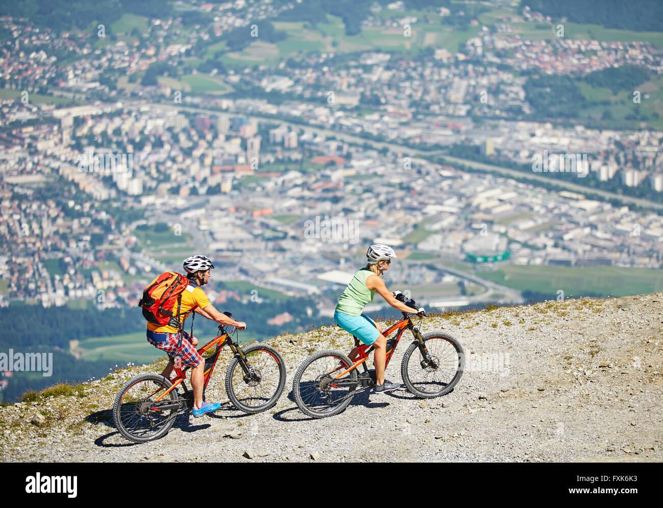 Hombre y mujer 40-45 AÑOS 35-40 años con los cascos de ciclo con sus bicicletas de montaña, Zirbenweg, Imagen De Stock