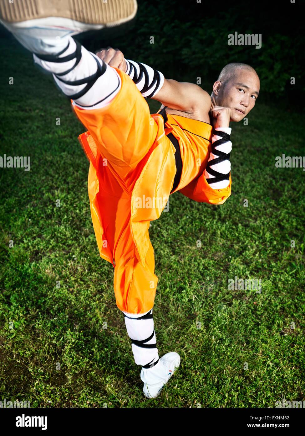 Monje guerrero Shaolin haciendo Chuai Tui Side Kick Foto de stock