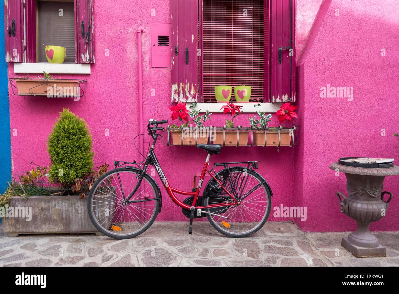 Venecia - isla de Burano colorido colorido casa rosada con una bicicleta Imagen De Stock