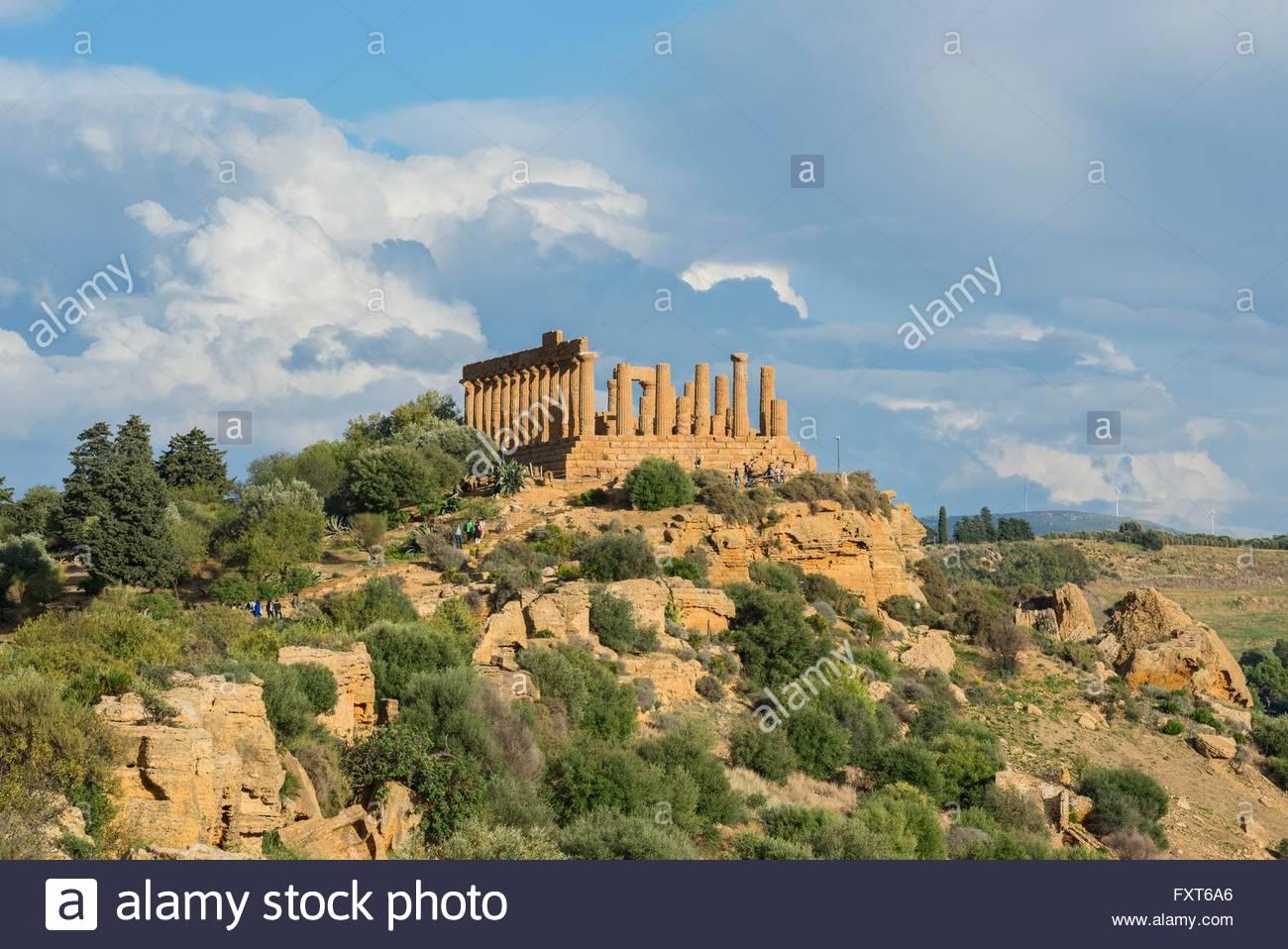 Templo de Juno en abrupto cerro, Valle de los templos, Agrigento, Sicilia, Italia Imagen De Stock