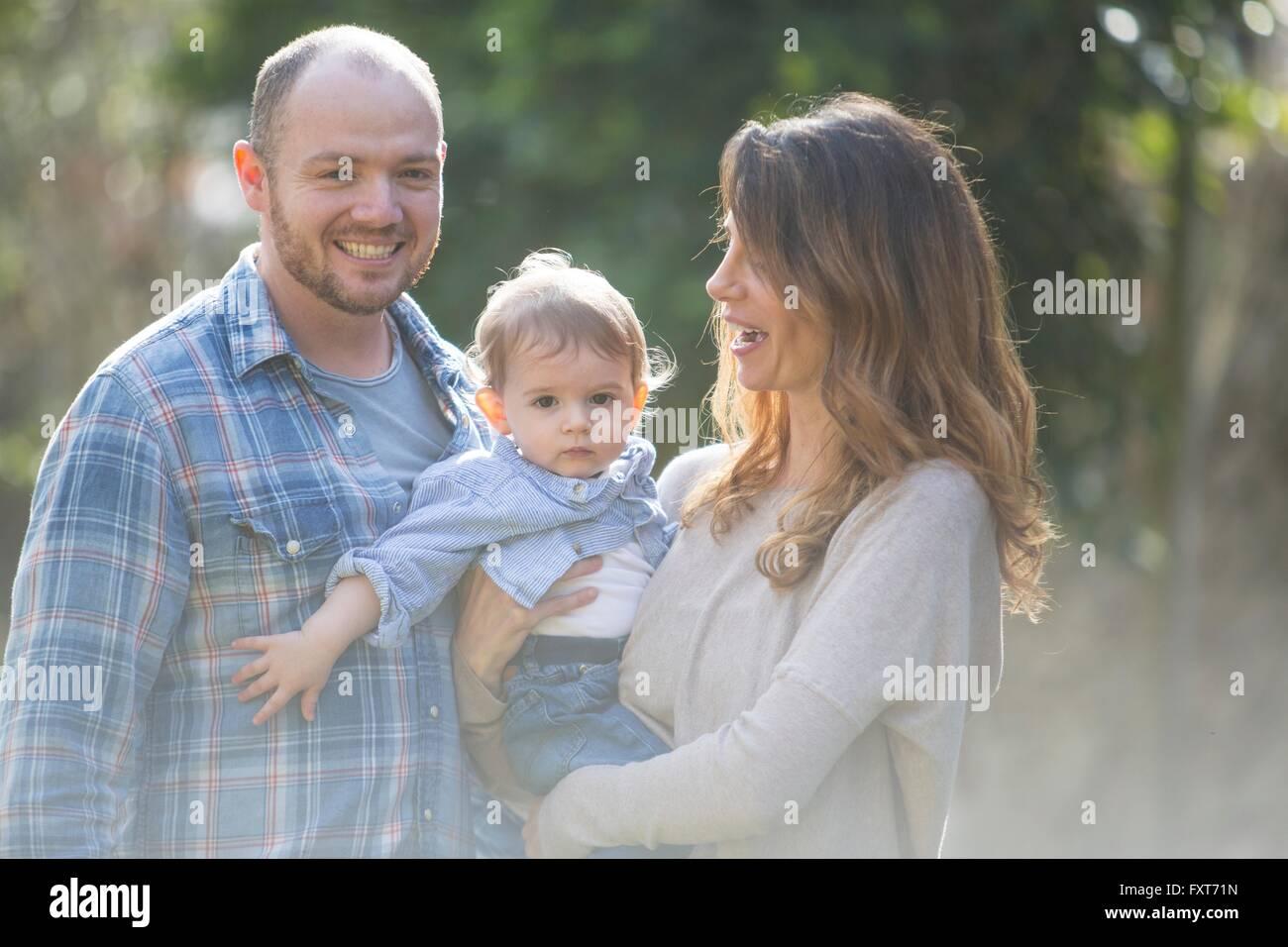 Los padres sonriente Celebración baby boy Imagen De Stock