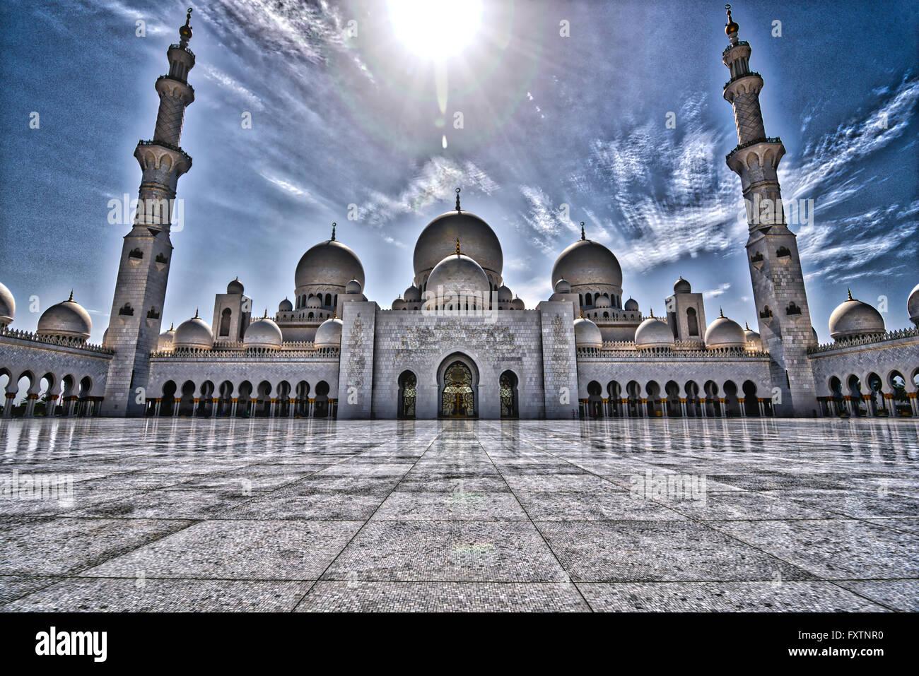 HDR vista de la zona central de la Gran Mezquita de Sheikh Zayed en Abu Dhabi Imagen De Stock
