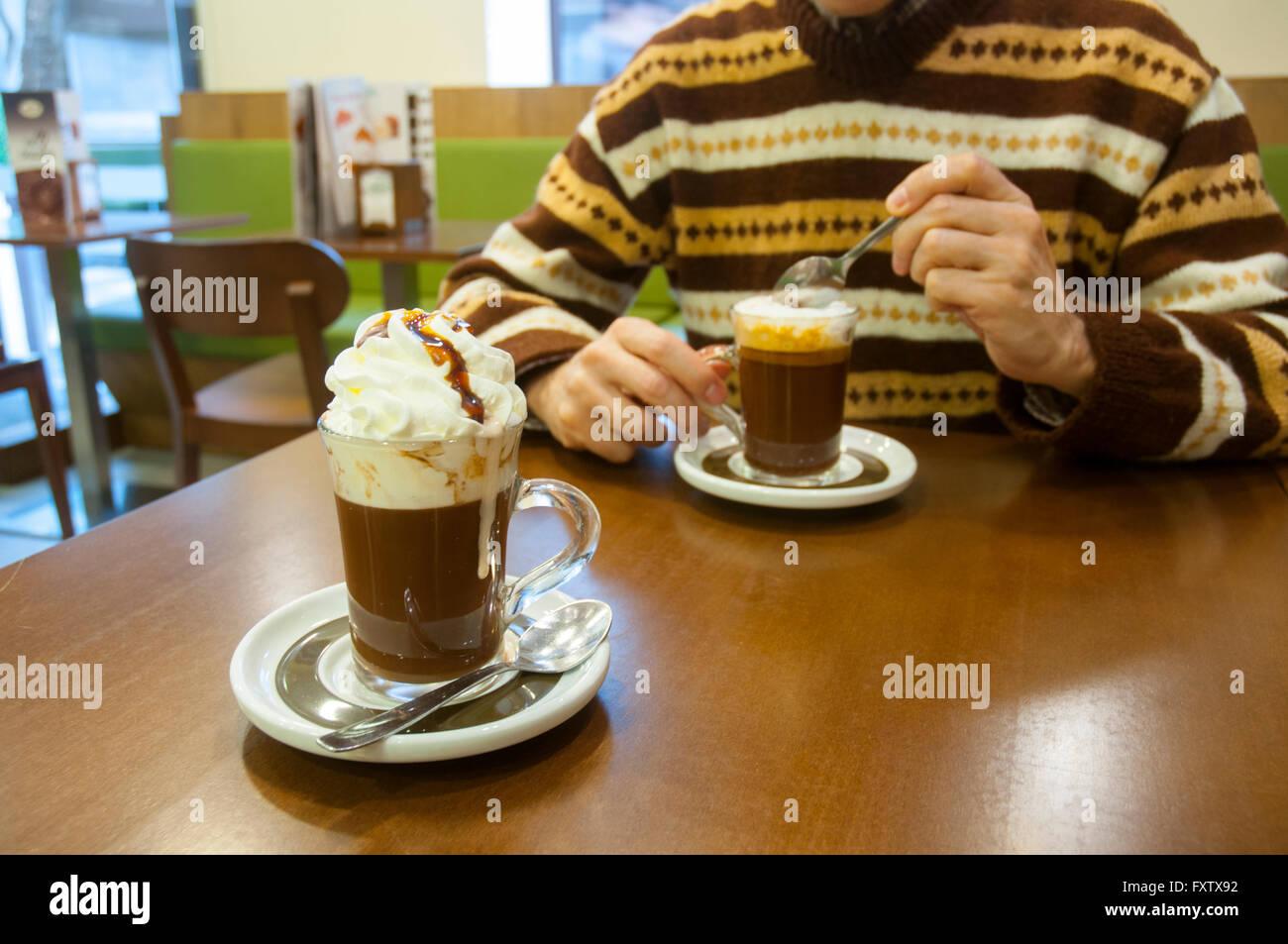 Café con chocolate y crema en un café. Madrid, España. Imagen De Stock