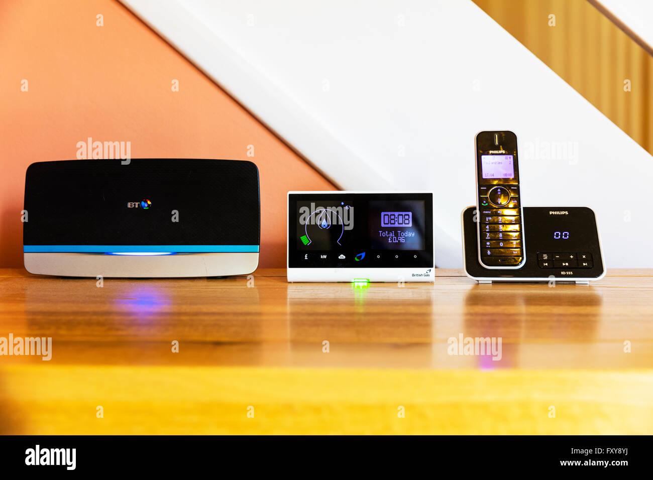 En la casa de tecnología wi-fi medidor inteligente Cordless Phone productos domésticos hogares tech hub Imagen De Stock