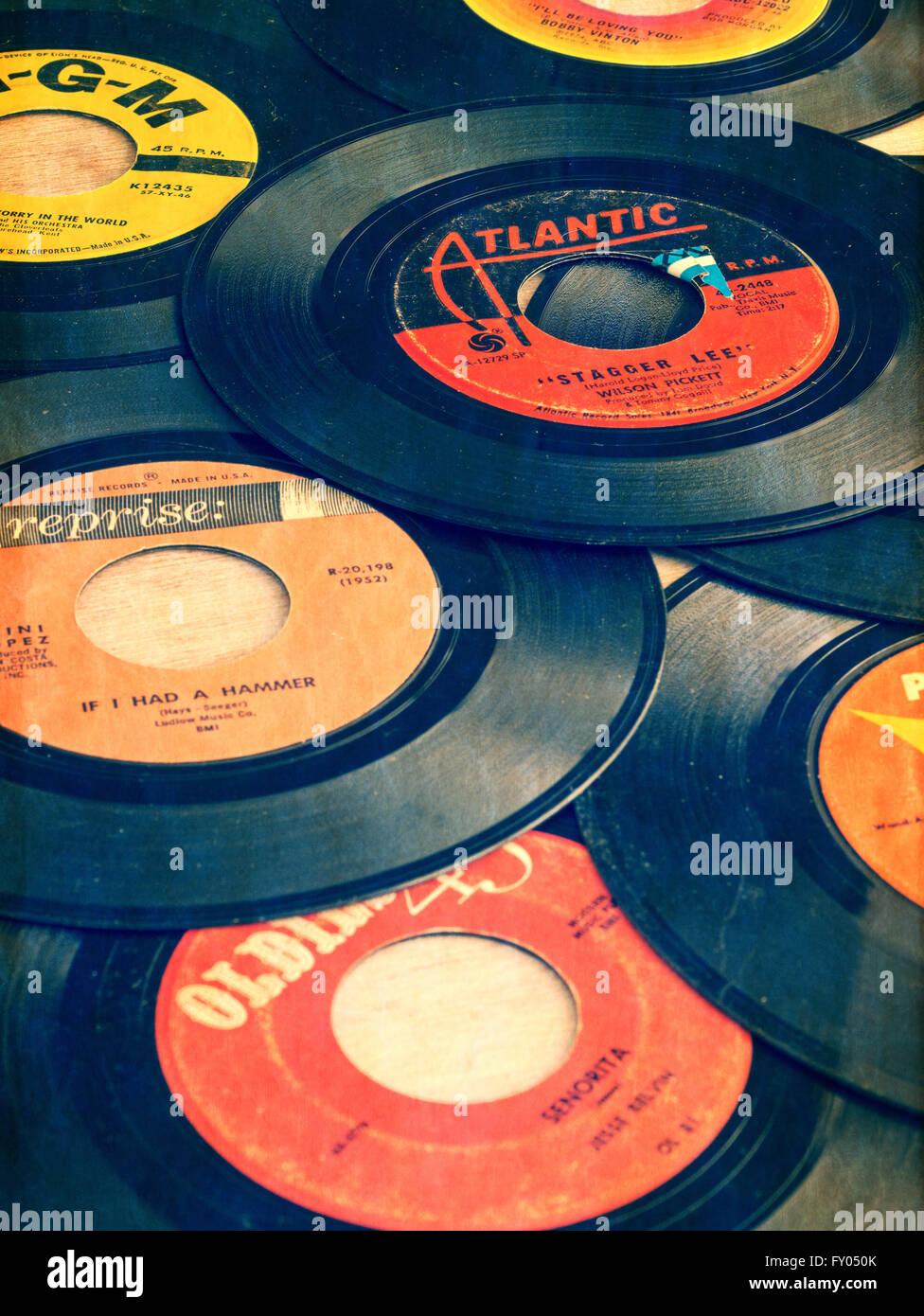 Los antiguos de vinilo 45s desde los primeros días de la música de Rock and Roll. Imagen De Stock
