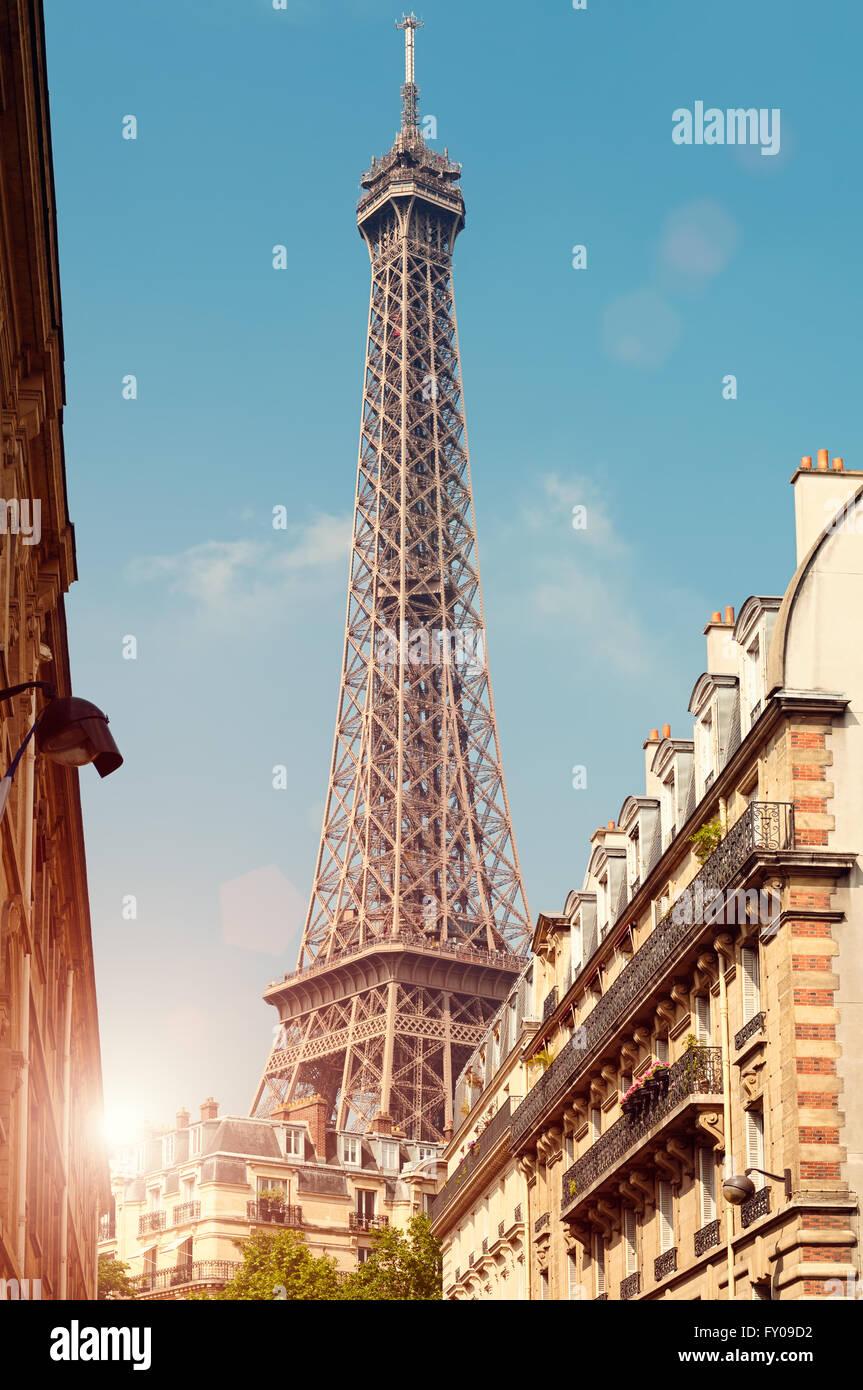 Torre Eiffel vista desde un barrio cercano. Foto de stock
