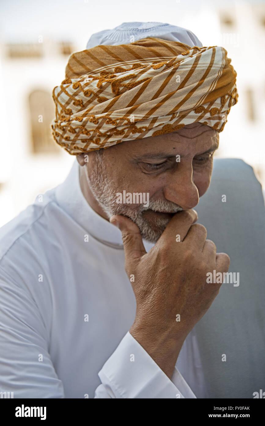 Arabia arquitecto viste el tradicional Hijazi turbante en el viernes fiesta religiosa en Jeddah, Arabia Saudita Imagen De Stock