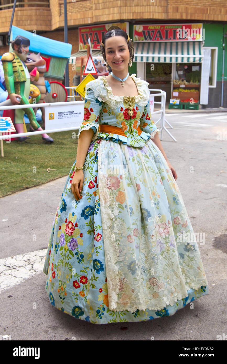 Chica en traje tradicional para la Fiesta de las Fallas de España Imagen De Stock
