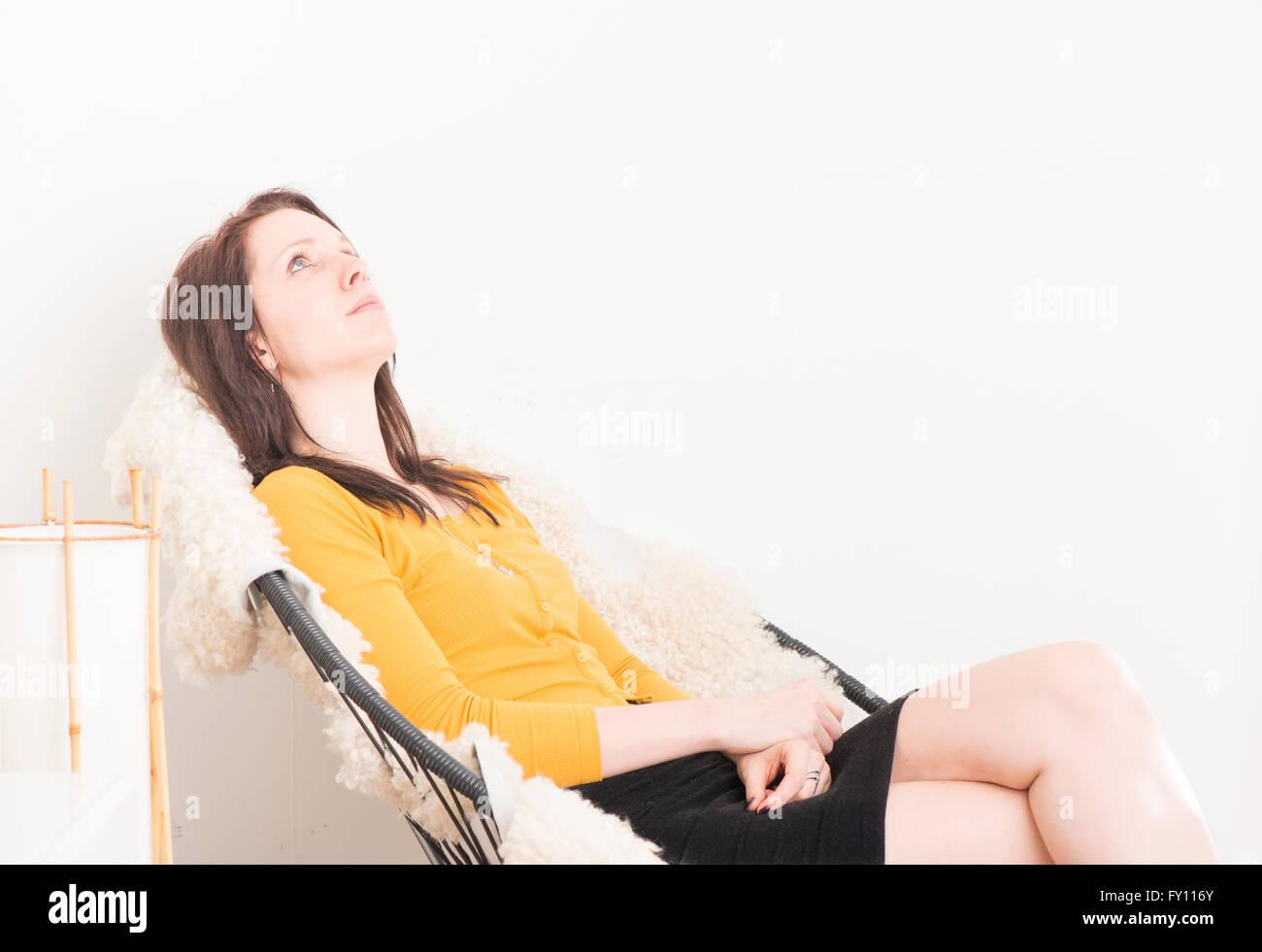 Mujer Sentada En La Silla Relajante Y Mirando Al Techo Concepto De