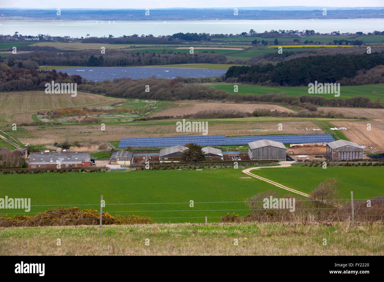 Granja Solar, paneles solares, Afton hacia abajo, el agua dulce, la Isla de Wight, Inglaterra, Reino Unido. Imagen De Stock