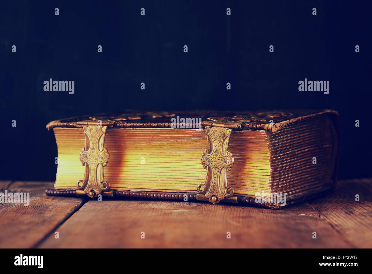 Imagen de clave baja del libro de cuentos antiguos. vintage filtra el enfoque selectivo. Imagen De Stock