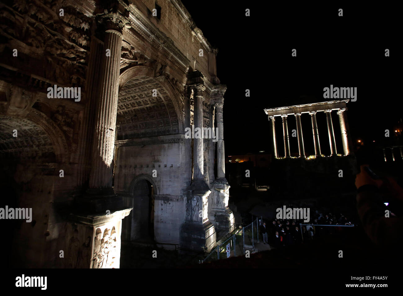 Roma, 21 de abril de 2016. Nueva iluminación para los Foros Imperiales en ocasión del 2.769º aniversario Imagen De Stock