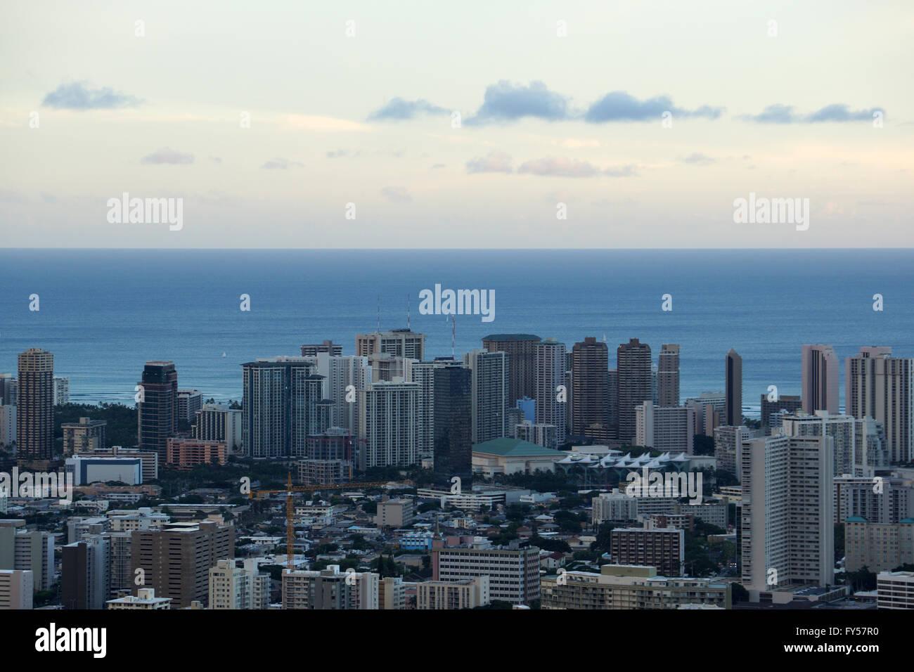 Centro de Convenciones, Waikiki, grúas de construcción y Honolulu paisaje con vistas del Océano Pacífico en un gran día en la isla o Foto de stock