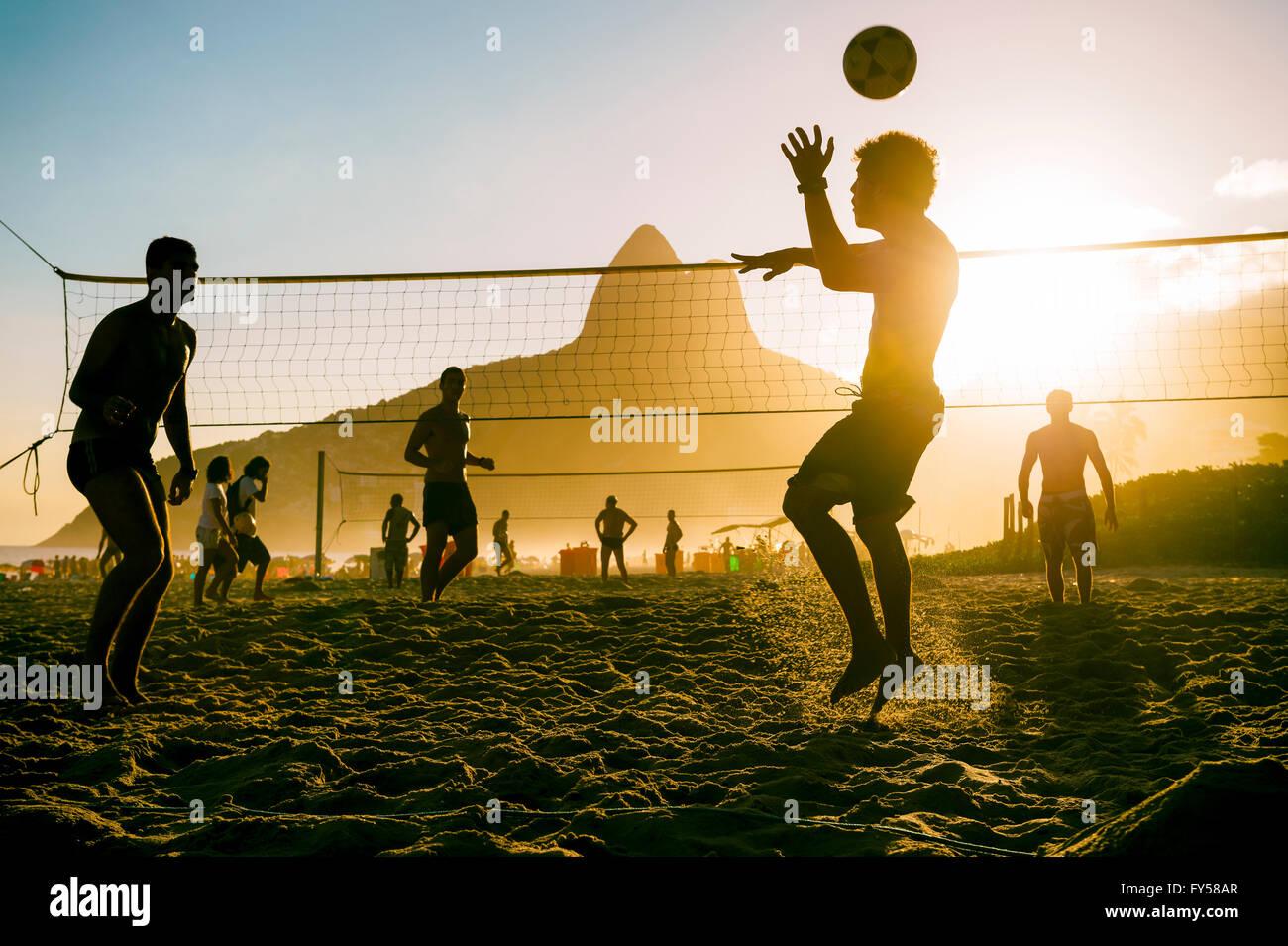 RIO DE JANEIRO - Marzo 27, 2016: Los brasileños juegan en la playa (footvolley futevolei), combinando el fútbol Imagen De Stock