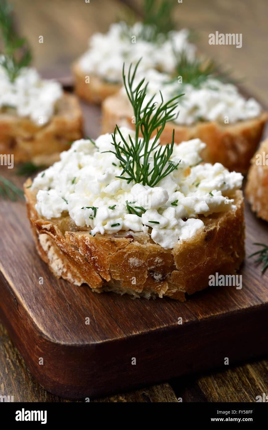 Comida sana sandwich con pan integrales, requesón y eneldo Imagen De Stock