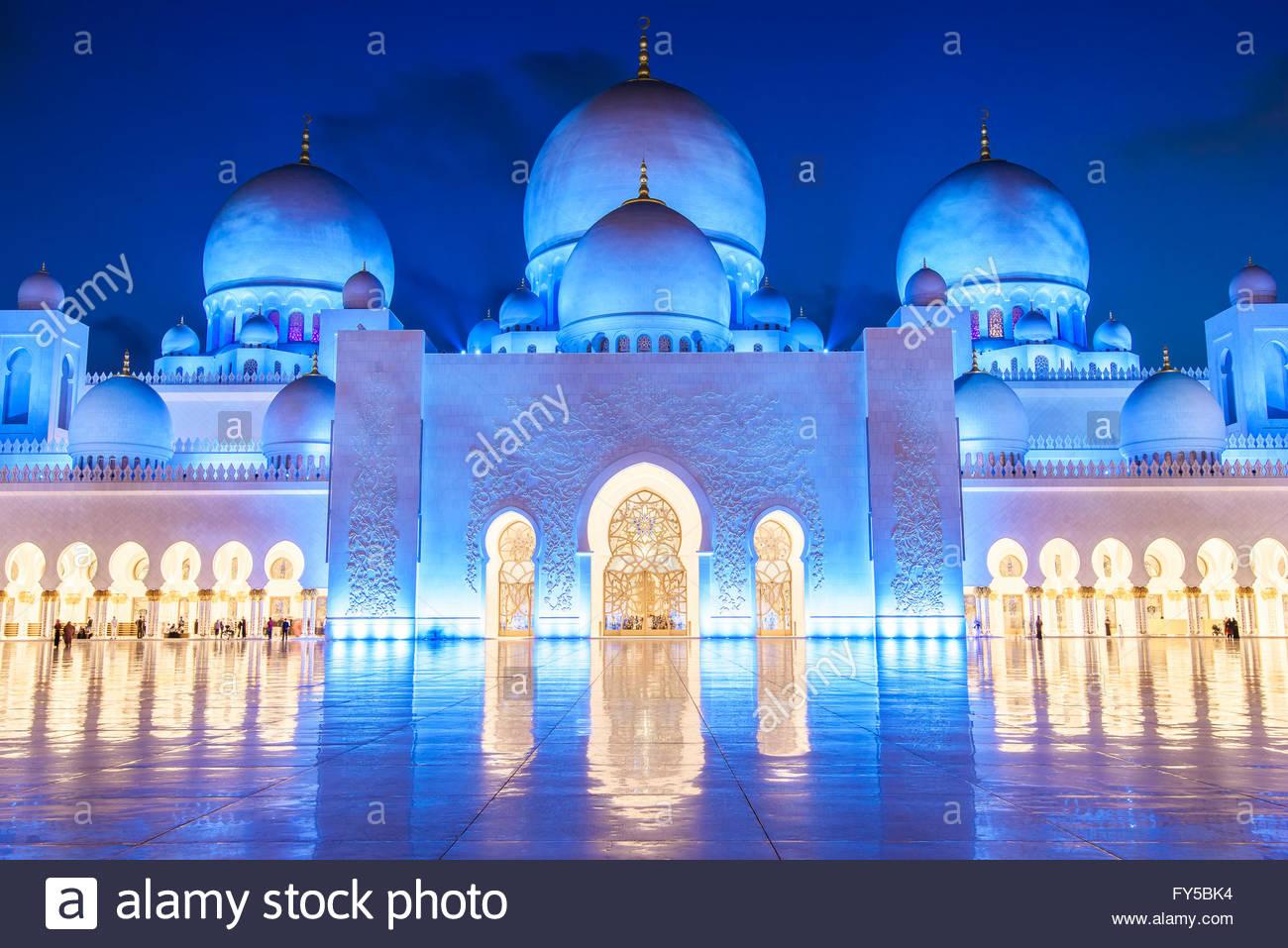 Abu Dhabi alberga la tercera mezquita más grande del mundo - después de las de la Meca y Madina en Arabia Saudita. Foto de stock